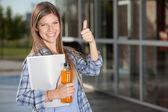 estudiante universitario dando pulgares