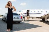 Bohatá žena v elegantní šaty terminálu na letišti