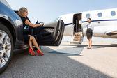 Bohatá žena vystoupit z auta v terminálu