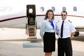 Michy_lulu a pilotní stojící proti soukromým letadlem