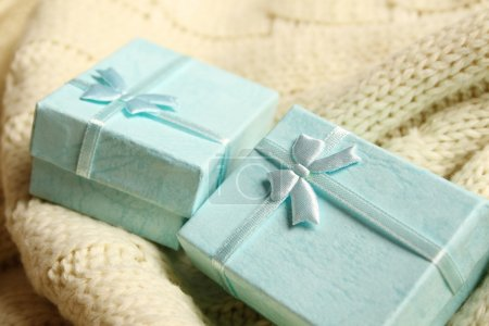 Photo pour Gros plan de deux coffrets-cadeaux turquoise. Boîtes pour bijoux - image libre de droit
