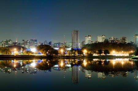 Photo pour Vue nocturne de la ville de Sao Paulo, parc Ibirapuera - image libre de droit