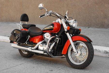Photo pour Chopper moto garée sur la route - image libre de droit