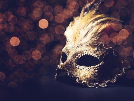 Photo pour Masque vénitien doré sur fond noir - image libre de droit