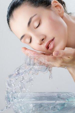 Photo pour Belle fille lave son visage - image libre de droit
