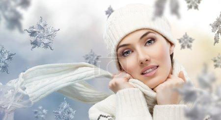 Photo pour Fille de beauté sur le fond de l'hiver - image libre de droit