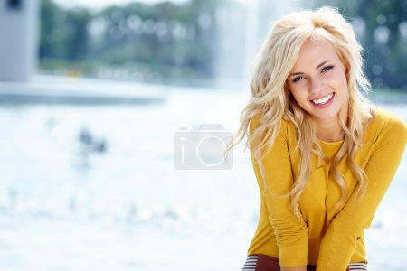 Photo pour Closeup portrait d'une belle femme dans la ville à l'heure d'été - image libre de droit