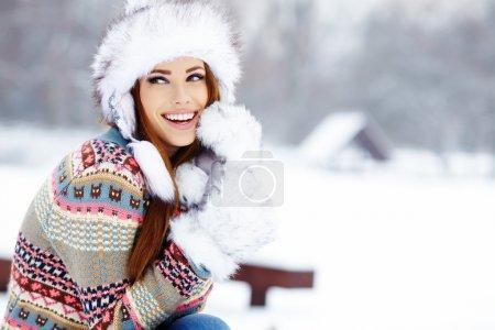 Photo pour Portrait de jeune femme hiver. Shallow dof. - image libre de droit