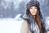 "Постер, картина, фотообои ""молодая женщина зимой"""