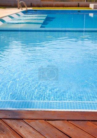 Photo pour Partie de la piscine avec l'eau bleue - image libre de droit