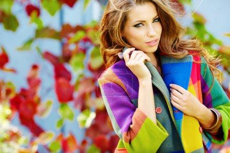 Photo pour Femme dans le parc d'automne - image libre de droit