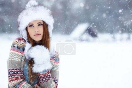 Photo pour Belle jeune femme en hiver en plein air - image libre de droit