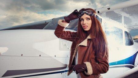 femme pilote devant l'avion