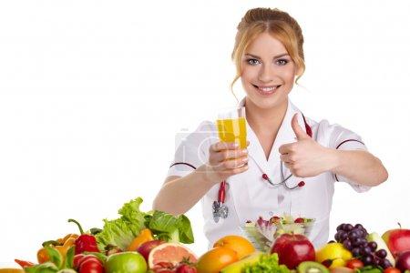 Photo pour Médecin diététiste recommandant des aliments sains - image libre de droit