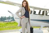 žena proti soukromým letadlem na letiště