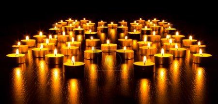 Photo pour Panorama des nombreuses bougies allumées avec une faible profondeur de champ - image libre de droit