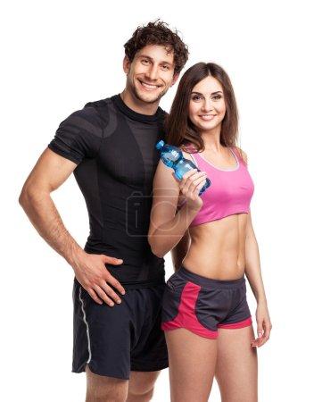 Photo pour Athlétisme homme et femme avec bouteille d'eau sur le fond blanc - image libre de droit