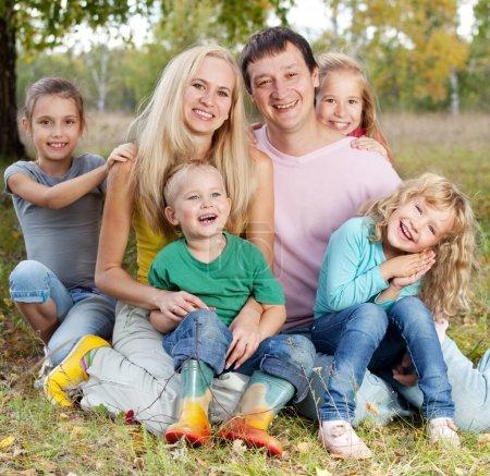 Photo pour Bonne grande famille avec enfants dans le parc d'automne - image libre de droit
