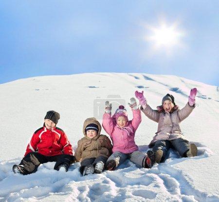 Photo pour Enfants dans la neige en hiver. - image libre de droit