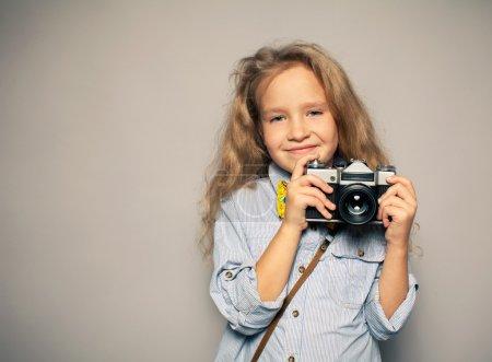 Photo pour Enfant avec la caméra. petite fille photographier - image libre de droit