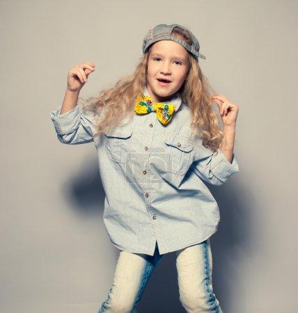 Photo pour Enfant qui pince. Motions mode fille studio tourné - image libre de droit
