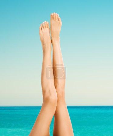 Photo pour Belles jambes féminines sur la plage - image libre de droit