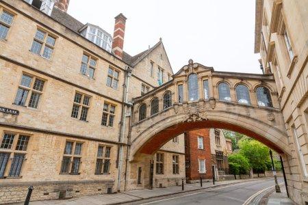 Photo pour Le Pont des Soupirs entre les bâtiments universitaires du Hertford College. New College Lane, Oxford, Oxfordshire, Angleterre - image libre de droit