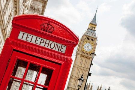 Photo pour Cabine téléphonique rouge près de Big Ben. Londres, Angleterre - image libre de droit