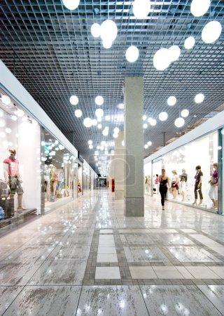 Photo pour Intérieur d'un centre commercial - image libre de droit