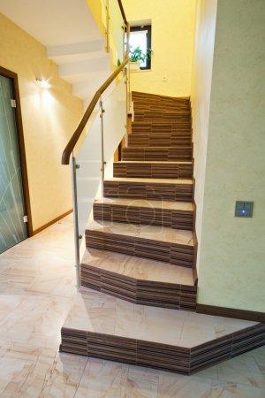 Photo pour Escalier dans une maison neuve - image libre de droit