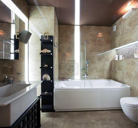 Photo pour Intérieur de salle de bain moderne de luxe avec éclairage inhabituel - image libre de droit
