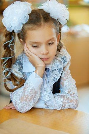 Photo pour Belle petite première année triste à propos de la table . - image libre de droit