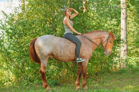 piękna młoda kobieta na koniu
