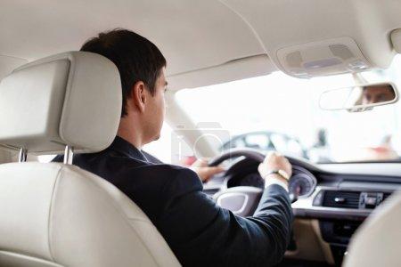 Photo pour Homme d'affaires dans la voiture Homme d'affaires dans la voiture - image libre de droit