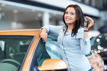 Photo pour Jolie jeune fille avec des clés de voiture - image libre de droit