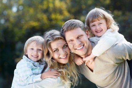Photo pour Souriant de famille avec des enfants à l'extérieur - image libre de droit