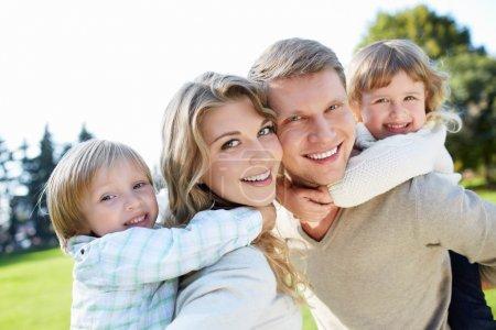 Photo pour Famille heureuse avec des enfants à l'extérieur - image libre de droit