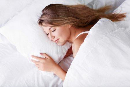 Photo pour Jeune fille dormir dans le lit - image libre de droit