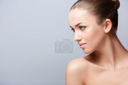 Photo pour Jeune belle fille dans le studio - image libre de droit