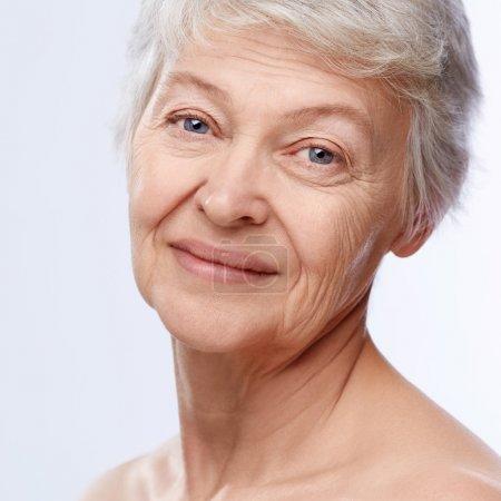 Photo pour Femme âgée sur fond blanc - image libre de droit