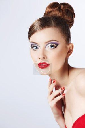 Photo pour Belle fille avec une coiffure et maquillage - image libre de droit