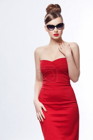 Photo pour Jeune fille en robe rouge sur fond blanc - image libre de droit