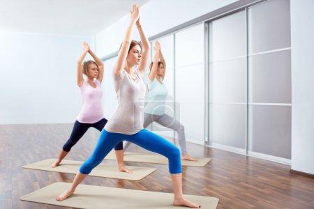 Photo pour Jeune femme attrayante faire du yoga - image libre de droit