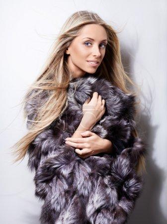 Photo pour Belle jeune fille dans un manteau de fourrure - image libre de droit