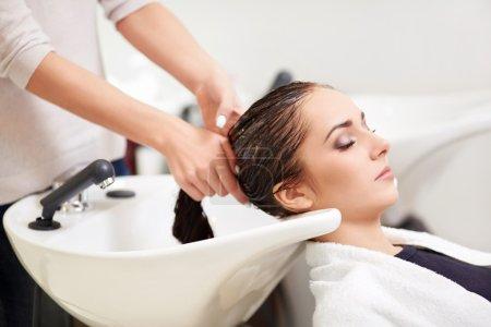 Photo pour Jeune fille dans un salon de coiffure - image libre de droit