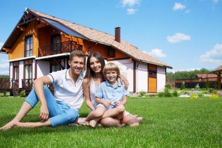 Photo pour Famille sur la pelouse à la maison - image libre de droit