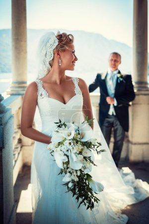Photo pour Belle mariée et marié sur la terrasse - image libre de droit