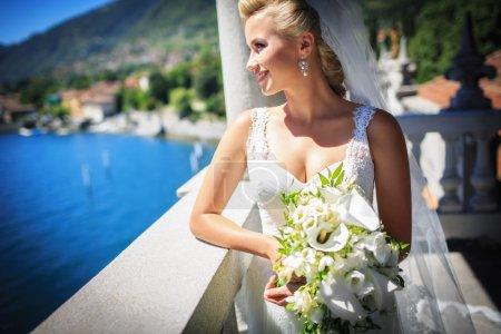 Photo pour Mariée en robe de mariée blanche avec un bouquet - image libre de droit