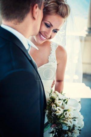 Photo pour Jeune mariée heureuse et marié - image libre de droit