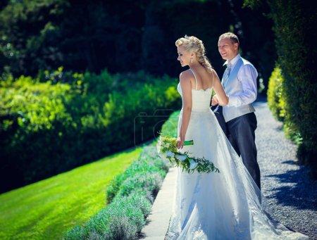 Photo pour Mariée et marié dans le parc - image libre de droit